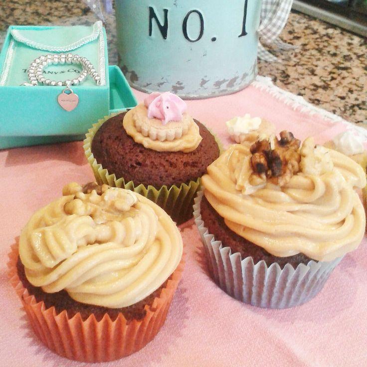 Non fatevi ingannare dalle apparenze: i cupcakes al cacao e noci con frosting al caramello sono duri fuori ma nascondono un cuore morbido.  #cupcakes #frosting #food #caramel #nuts #cocoa #chocolate #cake