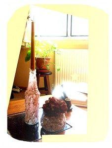 Evinizde bulunan hoş yuvarlak kavanoz ya da rakı ya da şarap şişelerinden mumluk yapabileceğinizi biliyor musunuz? El emeğinizle hem estetik, hem kullanışlı vazo ya da mumluklar yapabilirsiniz. Evinizin bir köşesinde hoş bir dekor ve aynı zamanda kullanılabilir bir mumluk ya da vazo.