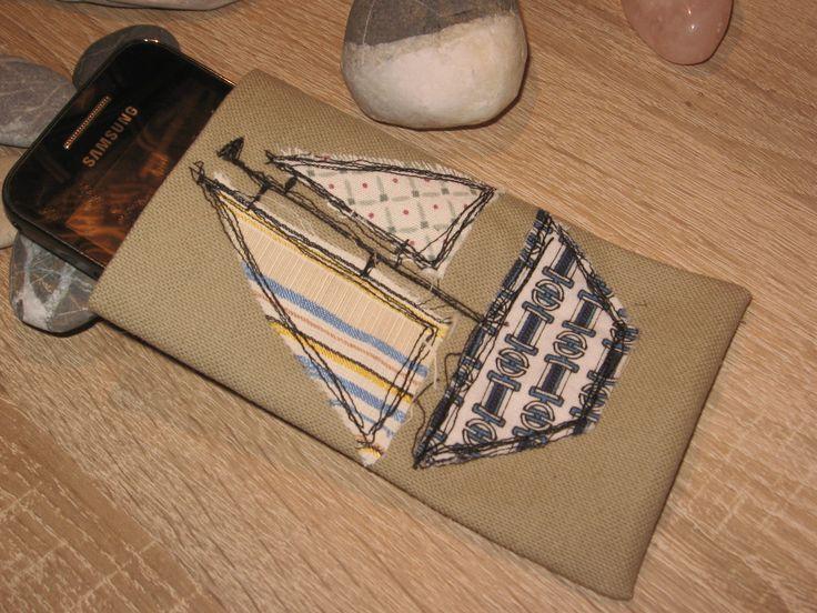 Pouzdro na mobilní telefon Plachetnice Pouzdro na mobilní telefon z pevného plátna s ozdobným prošíváním ve stylu quilt v černé barvě. Velikost pouzdra 13,5 x 8cm.