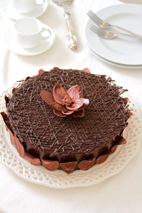 Eu tenho uma paixao gigantesca por chocolate e por isso muitas vezes brinco de ser Chocolatier. Nao sou fa dos bonbons e trufasbelgas pois acho muito doce, prefirochocolate amargo ou acima de 55% cacau, e sou alucinandapelos chocolates francesese pela combinacao chocolate amargo + ganache de framboesa. Embora use muitas vezeso chocolate belga nas...Read More »