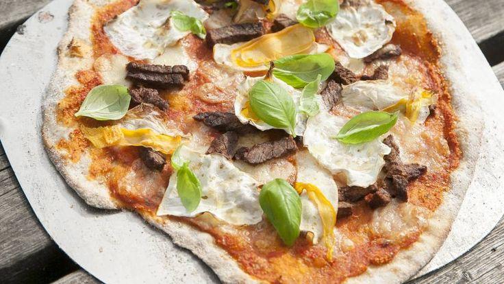 De tre grundprincipper for at lave en god pizza: 1. Lav noget ordentligt brød som udgør bunden. 2. Lav en tomatsovs der rent faktisk smager af tomat. 3. Brug aldrig strimlet møg-ost. Brug frisk mozzarella. Det er ok at bruge den billigste fra køledisken, bare det er frisk mozzarella i vand. Pizzadej: (Surdej: 1 dl vand, 5 g gær, 1 nip