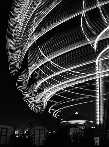 Fotografie von / photo by Toni Schneiders - Karussell auf dem Dom (carousel at the cathedral) 1950:
