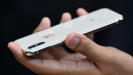 CBC News      (adsbygoogle = window.adsbygoogle || []).push();    Apple has acknowledged there's an issue with some of its latest smartphones freezing in cold weather, but says it's a fixable issue that will be solved via a software update. Owners of the latest smartphone, ...