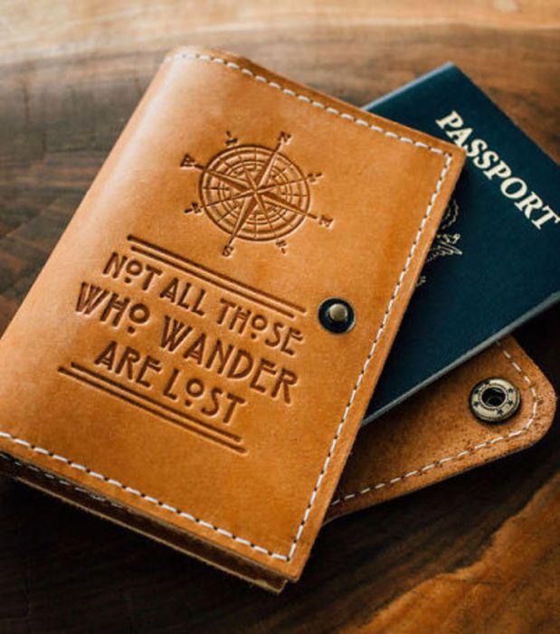Etui de passeport avec citation du Seigneur des Anneaux. A trouver sur Etsy.com boutique de CurtisMatsko pour le prix de 27,69€