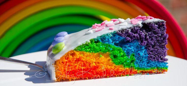 """Viele von euch haben unseren kunterbunten Regenbogenkuchen bereits nachgebacken. =) Neulich hat es mich mal wieder gepackt: Plötzlich hatte ich große Lust, den """"klassischen"""" Regenbogenkuchen noch mal etwas anders zu backen. Dieses Mal so, dass sich die einzelnen Farben nicht wiederholen, sondern jede Farbe nur einmal im Kuchen vorkommt. Zum besseren Verständnis"""