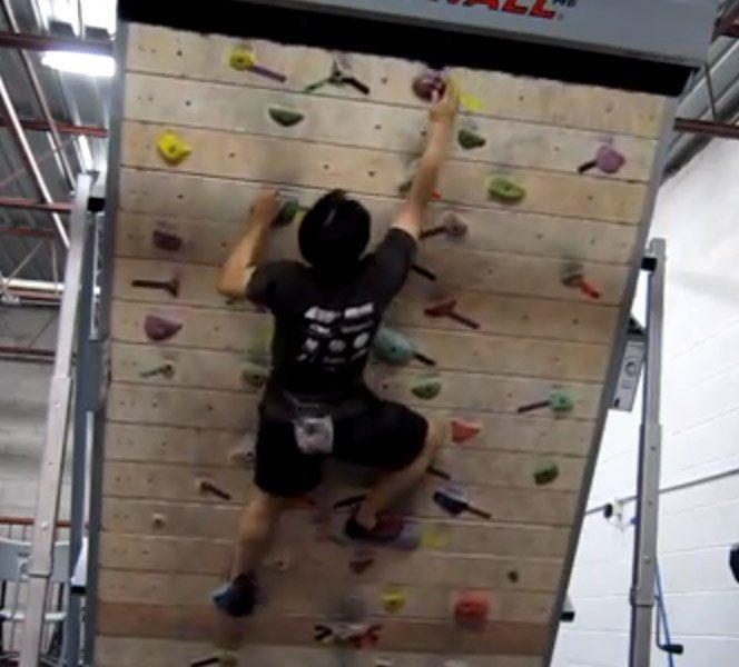 É bem complicado quando escolhemos praticar um esporte que depende de estarmos em um local específico, exemplo dos praticantes de escalada em montanhas e rochas. Para treinar precisamos viajar algumas centenas de quilômetros para chegar na montanha perfeita.Pensando nisso aTreadwall é uma parede de escalada infinita onde os atletas podem treinar o quanto quiserem alterando a velocidade e o ângulo de dificuldade da parede. O melhor é treinar sem correr o risco de cair de uma altura…