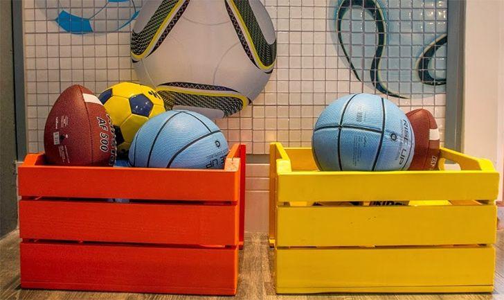 Você pode usar os caixotes de feira para organizar os brinquedos das crianças no quarto. Você pode pregá-los na parede para fazer nichos, usá-los empilhados no chão como uma estante ou até mesmo como uma espécie de cestinha no chão, permitindo que as crianças alcancem os brinquedos mais facilmente!