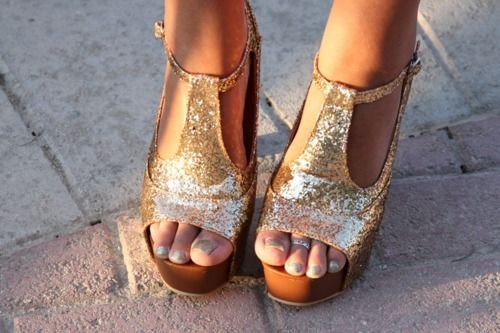 *: Gold Wedges, Gold Glitter, Fashion, Style, Glitter Shoes, Sandals, Toe Rings, Glitter Heels, Gold Shoes