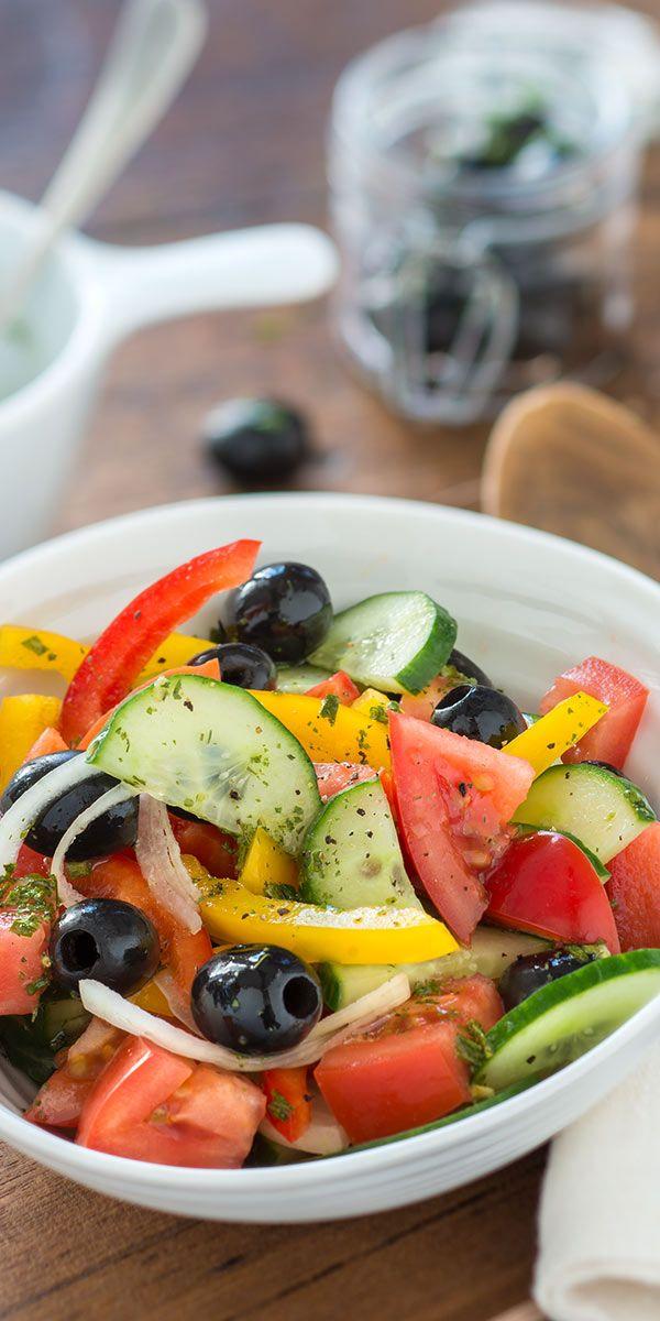 Unser Bauernsalat mit Oliven und Schafskäse schmeckt super zu gegrilltem Fleisch, ist aber auch alleine ein echter Low Carb Genuss! Das bunte Gemüse macht den Salat außerdem zum  optischen Highlight auf dem Küchentisch. Guten Appetit.