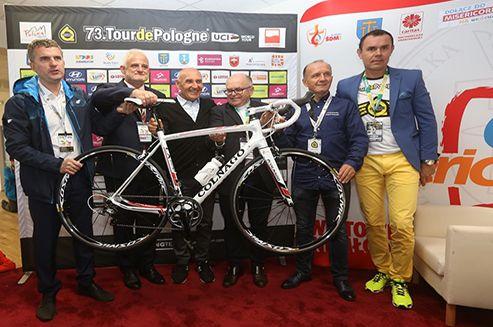 Dyrektor Tour de Pologne Czesław Lang przekazał dziś Caritas Polska specjalny rower Colnago w darze dla Papieża Franciszka. Uroczystość miała miejsce przed startem 5. etapu Tour de Pologne w Brzegach koło Wieliczki.
