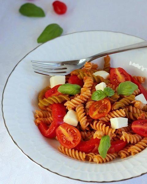 Coi primi caldi viene subito voglia di pasta fredda. Oggi la mia è bicolore alla farina di piselli e alla farina di riso integrale, squisitissima e senza glutine, merito di  @feliciapasta_glutenfree La ricetta dell'insalata di pasta ai sapori estivi ora su #dolcementeinventando  #food #foodie #foodiesofinstagram  #dolce_salato_italiano #foodstagram #foodstyling #foodforfoodies #foodlicious #yummi #delicious #foodlove #tastespotting #yahoofood #gnam #glutenfreepasta…