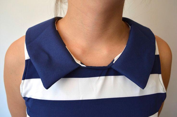 Cuello y detalle de la tela de rayas azul con blanco.