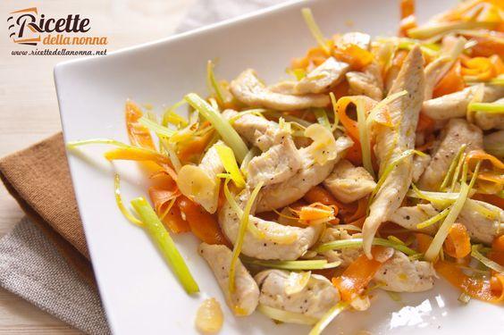 Un'insalata da gustare tiepida o fredda, per unire il gusto del pollo alla freschezza delle carote, al sapore intenso del porro ed, infine, alla croccantezza delle mandorle tostate. Ideale per una pausa pranzo completa e leggera, magari abbinata ad una fetta di pane ai cereali. Procedimento. Tagliare i petti di pollo a listelli e cuocerli […]