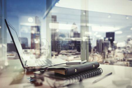 podwójna ekspozycja Urząd pracy z laptopem i inteligentny telefon na stole drewna Zdjęcie Seryjne - 43293277