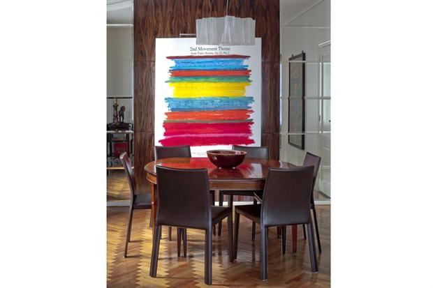 Distintos estilos de muebles para armar tu comedor  Las sillas de líneas simples íntegramente tapizadas en cuero para acompañar una antigua mesa de madera lustrada.  /Archivo LIVING