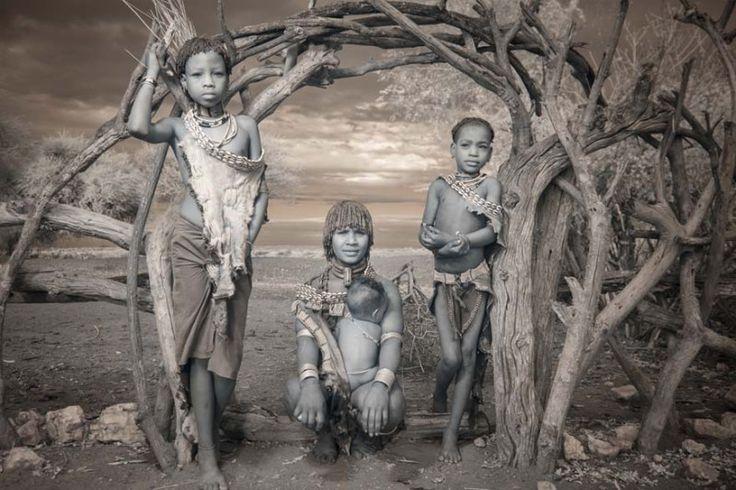 tribus-de-l-omo Faisant écho aux travaux de Diego Arroyo avec les photographies des tribus d'Éthiopie ou encore les séries de portraits d'enfants en Éthiopie, la photographe Terri Gold nous livre sa vision humaniste en images. J'ai toujours été attirée par les derniers coins mystérieux du monde. Je m'intéresse à explorer les rituels qui donnent un sens à la vie des gens. Mes recherches m'ont conduites à la photographie infrarouge. Il y a une chasse à l'invisible, qui touche une autre…