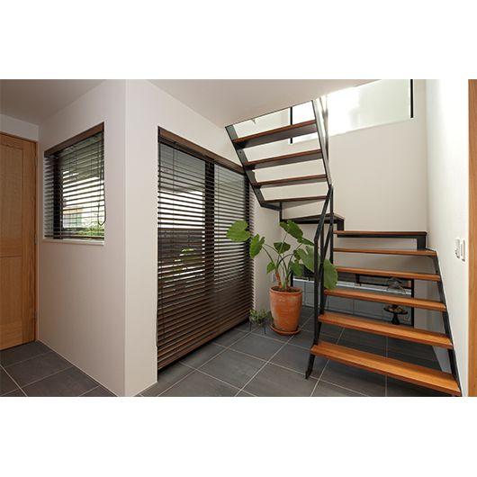 く軽くシャープに設計した階段