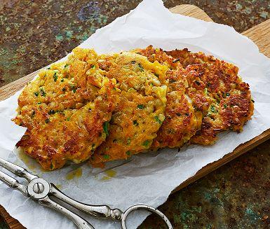 Fritters är ett skojigt namn på dessa vegetariska biffar på morot som är lätta att svänga ihop. Krämig getost och frisk gräslök ger mycket smak och bovetet en härlig crunch. Morot kan ersättas med andra rotfrukter – också ett roligt sätt att variera fritters på!