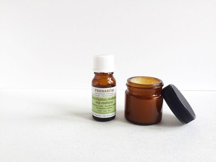 なんだか鼻がムズムズする、鼻水が止まらない…つらい花粉シーズンのピークが目前!そこで今回は、花粉対策に効果的なユーカリのアロマオイル(精油)を使った「ユーカリバーム」の作り方をご紹介します。鼻のまわりや胸元にさっとひと塗りすれば、ユーカリのスーッとした香りが広がり、鼻がスッキリして呼吸が楽になりますよ♪ #花粉症 #バーム #ユーカリ