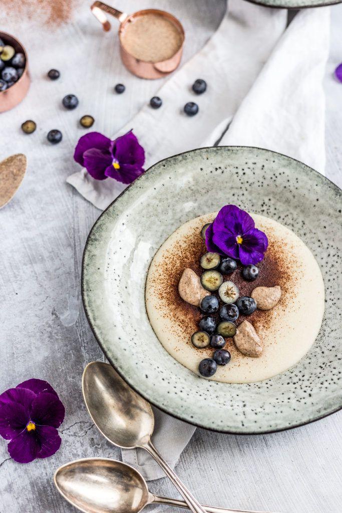 Blueberry almond gruel / Krupicová kaša s mandľovým mliekom & čučoriedkami