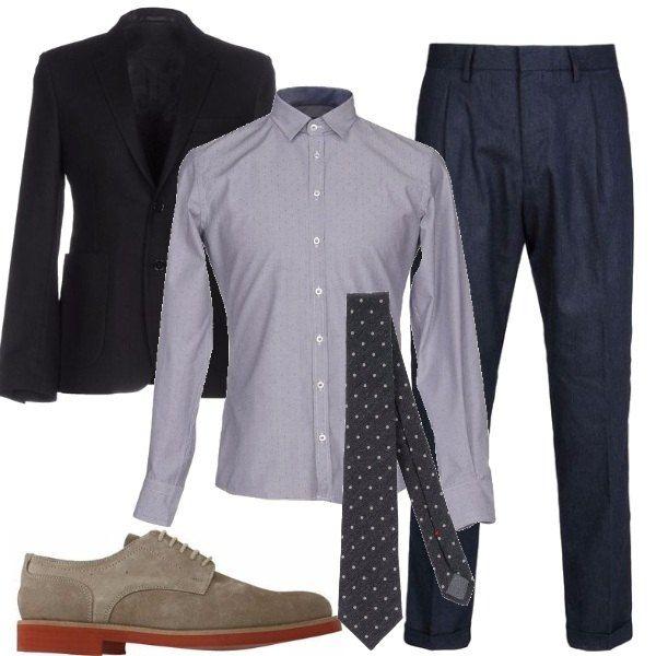 Per una cerimonia di giorno, il completo spezzato blu con particolari grigi è perfetto, pantaloni con pences, giacca con piccoli revers, camicia con colletto minimo, cravatta a pois e stringate grigie.