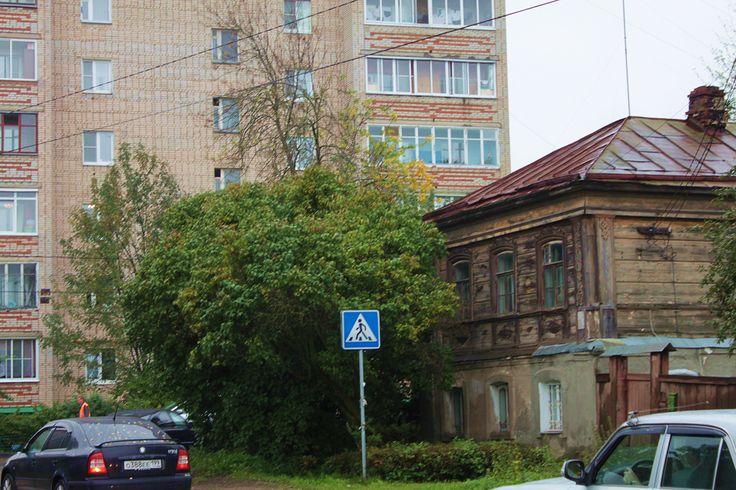 Контрастом домов пронизан пейзаж всего Сергиева Посада. Спокойно соседствуют 2- и 9-этажные дома, деревянные и кирпичные, относительно новые и очень-очень старые. Возникает ощущение, словно это и не город. Я, как и многие, привыкла, что города застроены многоэтажками, похожими на плитки.