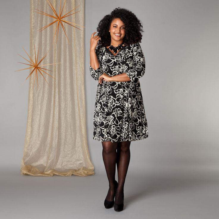 De jurk met zwart-wit bloemenprint heeft deelnaden voor een perfecte pasvorm. De jurk is geheel gevoerd. Aan de ronde hals is een uitsparing aangebrac...