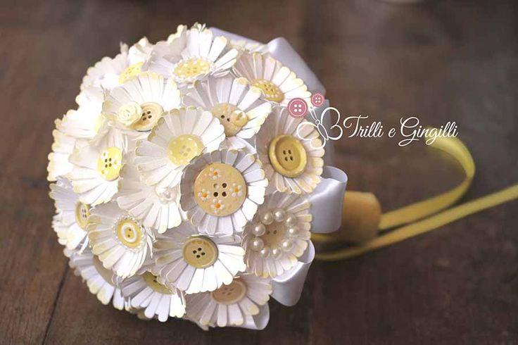Bouquet con bottoni e margherite di carta. Alternative bouquet with paper flowers and buttons. #bouquet #wedding