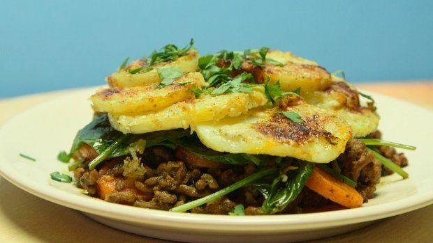 Chrupiąca, spieczona skórka ziemniaka, a w środku miękkie ziemniaczki, pod spodem smaczne mięso. Po środku subtelna warstwa szpinaku. Nie szukaj już dalej, nic lepszego na obiad dziś nie znajdziesz.   Składniki: 1/2 kg ziemniaków 1 średnia cebula 4 łyżki oleju 1/2 kg mielonego mięsa (pół na pół wołowego i wieprzowego z szynki) 3 marchewki 1 pęczek zielonej pietruszki 6 łyżek przecieru pomidorowego 1 kopiasta łyżeczka tymianku 1 kopiasta łyżeczka słodkiej papryki 2 łyżki masła sól pieprz…