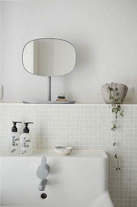 Spiegeln, spiegeln an der Wand..... #basezimmer #interior #einrichtung #wohnen #dekoration #fließen #green Foto: schmasonnen