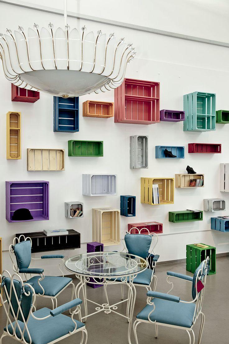 Nos adresses viennoises |MilK decoration - caisses multicolores au mur