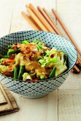 Wok met pindakaas · met bloemkool, sperzieboontjes, spitskool en wortels (of andere wokgroente) - EVA maakt het plantaardig