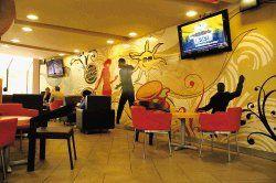 Decoracion restaurantes comidas rapidas buscar con for Sillas para local de comidas rapidas