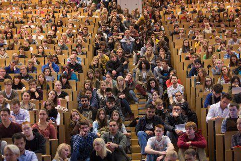 Goethe-Universität: Frankfurts Erstsemester feiern Unistart   Campus- Frankfurter Rundschau