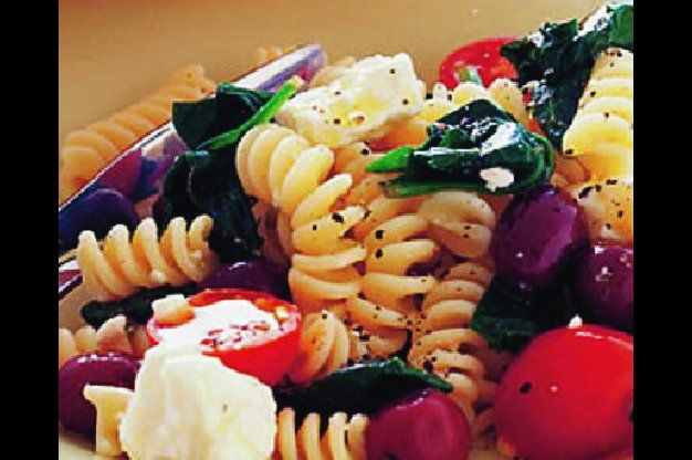Řecký těstovinový salát | Apetitonline.cz