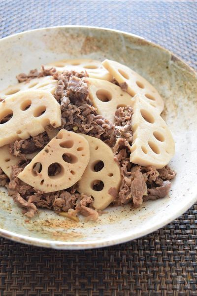 私は、洋風料理も好きですが、写真のような『おふくろの味』的な和風の煮物も大好きです。お弁当のおかずとしてもシビれるメニューです。レンコンのシャキシャキ感と牛肉の甘味とのコラボレーションにきっと心打たれるはずですよ!