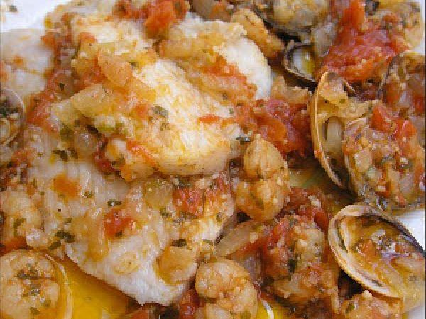 Receta Plato : Merluza con salsa de tomate, almejas y gambas por Cristina