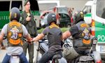 RockerPortal-News:  Pustekuchen https://www.rockerportal.de/news/index.php/2017/06/04/pustekuchen/ https://www.rockerportal.de/news/wp-content/uploads/2016/04/bandidos_2.jpg     Kreis Segeberg. Ein zweites Mal wollte sich die Polizei nicht narren lassen: Bereitschaftspolizei, Spezialeinheiten sowie Beamte des Landeskriminalamtes (LKA) und der Polizeidirektion haben am Sonnabend ein Treffen der Bandidos in Wahlstedt kontrolliert. Jeder der 228 aus ganz