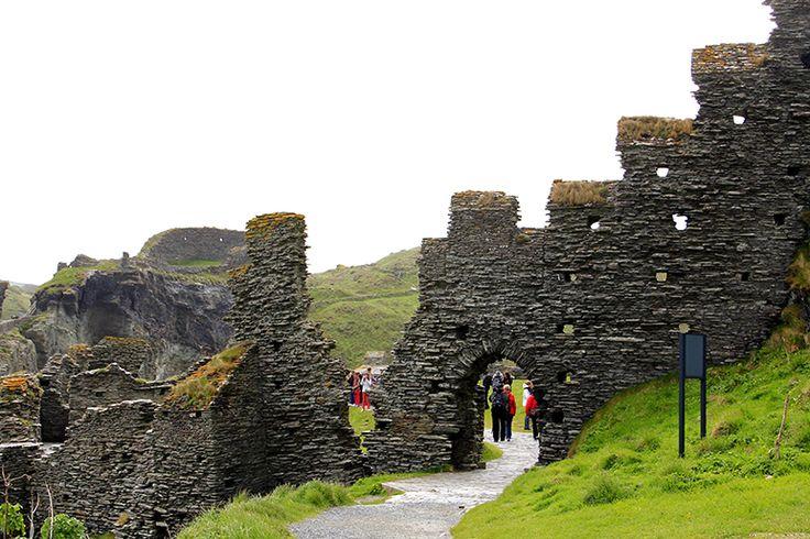 """Tintagel, Inglaterra, Reino Unido. As paredes destruídas pelo tempo desse castelo do século V, encimado por um rochedo que desce abruptamente sobre as ondas de um mar possesso, são o que resta do berço do Rei Arthur, segundo a lenda; são também cenário do épico """"Tristão e Isolda"""".  https://viagem.catracalivre.com.br/geral/mundo-viagem/indicacao/sete-ruinas-que-intrigam-os-visitantes/"""