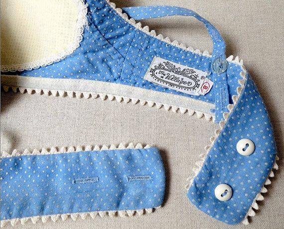 Un grand soutien-gorge maillot de bain peu de THE VILLAGER vers les années 1950/1960 dans le plus doux coton plumetis de Dresde bleu. Ric rac blanc bordure tout autour. Panneau décoratif de broche verticale se range au milieu devant, bordé des deux côtés avec la même ric rac. 3/8 large 2-way réglable auto crochets fixés au dos avec boutons cachés. Fermeture de bouton milieu dos avec réglage de 2 voies. Princesse sertis soutien-gorge soutien-gorge intégré. Étiqueté taille 8, ce souti...