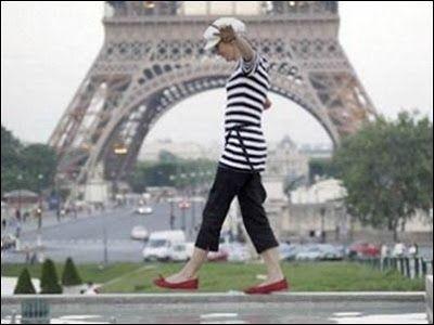 QUE VESTIR EN TUS PRÓXIMAS VACACIONES A PARÍS ESTE VERANO 2015 Que vestir durante tus vacaciones en París este verano:  La temperatura en París es muy similar a la de Madrid con máximas algo menores. Durante los meses de verano es posible encontrar temperaturas entre 15 y 30 grados, que pueden llegar a resultar agobiantes a la hora de visitar parques y monumentos.