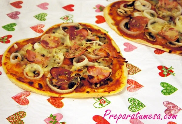 Cena romántica, pizza casera con forma de corazón.
