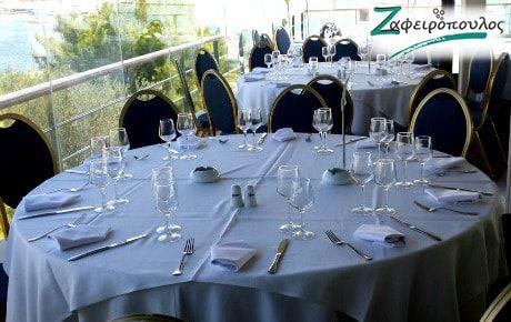 Τραπεζομάντηλο Ροτόντας,   για επαγγελματικό δείπνο σε λευκό χρώμα με λευκό καπάκι που συνθέτουν ένα λιτό αποτέλεσμα