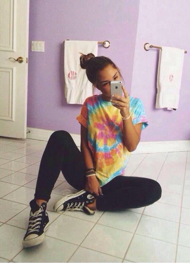 Tie dye shirt, leggings and converse