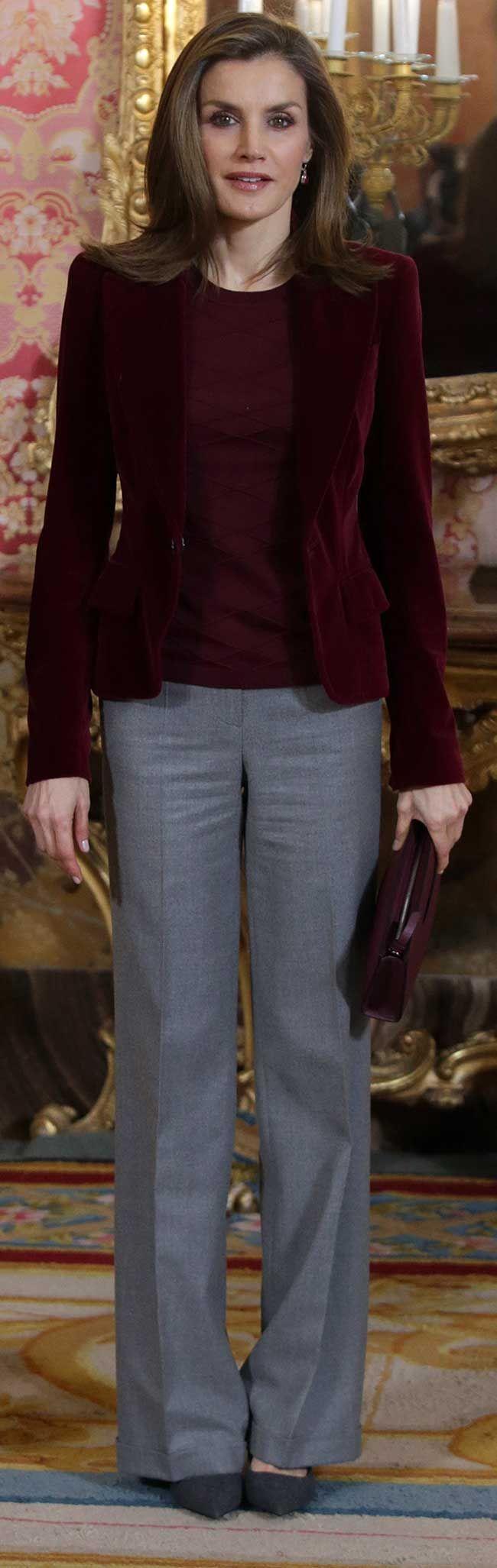 La Reina Letizia ha reaparecido en gris y terciopelo burdeos para reunirse con los patronos de la Fundación Princesa de Asturias.