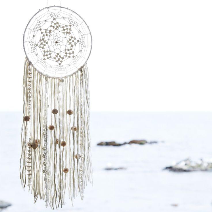L'attrape-rêves de la marque scandinave Madam Stoltz apportera une touche boho-chic dans votre maison.  Dimension : 25 cm x 88 cm.  Matière : coton et perles en bois.  La légende : Selon les amérindiens, les attrape-rêves capturent les cauchemars dans leurs filets pour ne laisser passer que les beaux rêves, préservant ainsi le dormeur d'un sommeil agité.  Gros coup de coeur du Joli Shop pour ce bel objet aussi poétique que décoratif...