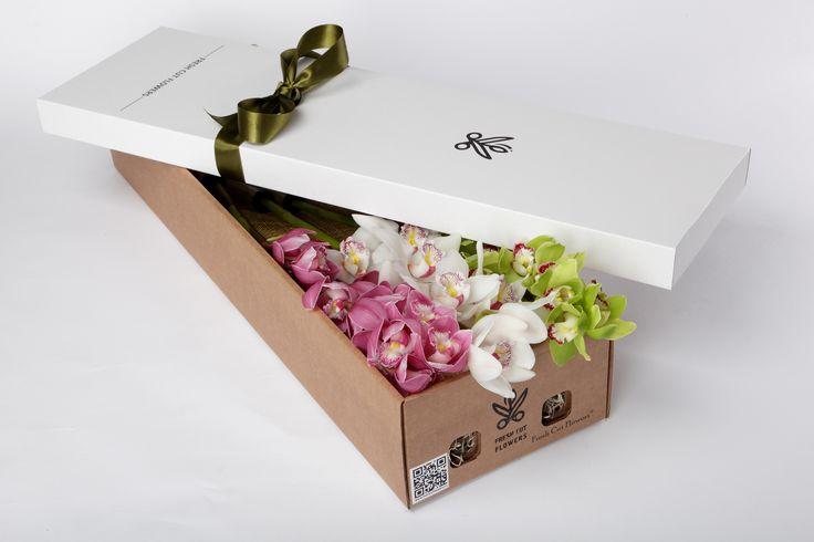Орхидеи в подарочной коробке. Цветы и подарки. Коробки с живыми цветами. Онлайн заказ. Доставка цветов и подарков.