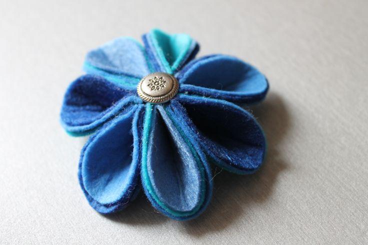 Niebieska broszka z filcu