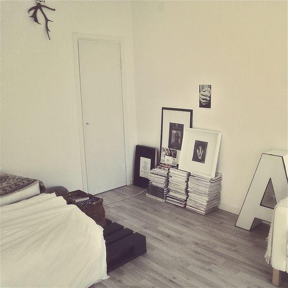 olohuone,vaalea sisustus,taulut,kirjain