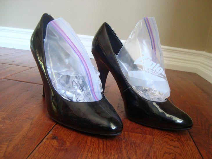 zapatos con bolsa de agua helada dentro